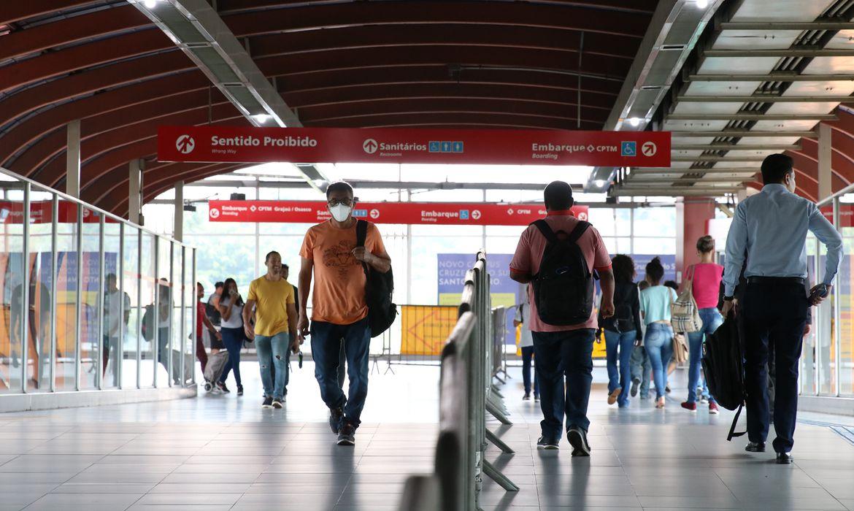 São Paulo - Uso de máscaras por passageiros na estação Pinheiros.