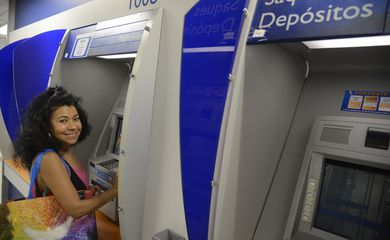Rio de Janeiro - Lucilene Chaves Viana sacou R$ 500,00  na agência da Caixa Econômica Federal, na Rua Riachuelo, com a liberação do Fundo de Garantia do Tempo de Serviço (FGTS)
