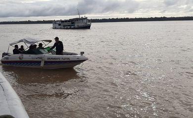 Oito pessoas são resgatadas após naufrágio de embarcação