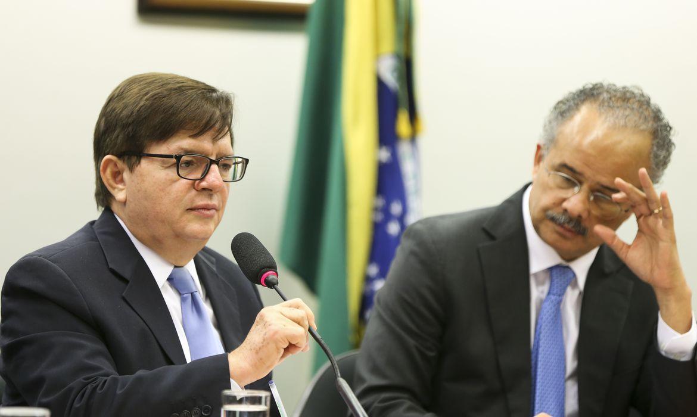 Brasília - O corregedor-geral da Justiça Eleitoral, ministro Herman Benjamin, e o deputado Vicente Cândido durante audiência pública da Comissão Especial da Reforma Política, na Câmara dos Deputados (Marcelo Camargo/Agência Brasil)