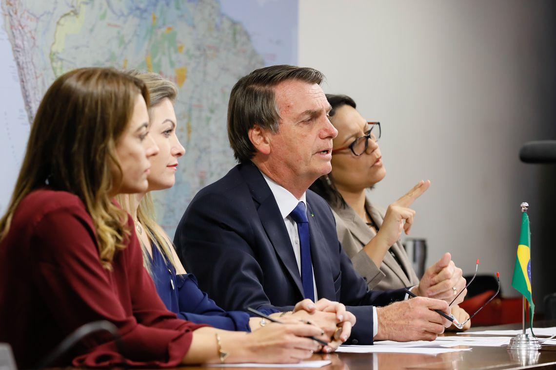 O presidente Jair Bolsonaro faz transmissão ao vivo para redes sociais