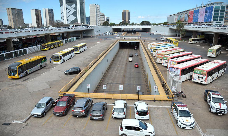 O impacto da greve dos caminhoneiros agora chega ao transporte coletivo do DF, as empresas de ônibus têm estoque de combustível suficiente para, no máximo, domingo