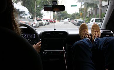 São Paulo - Apoiar os pés no painel do carro pode causar graves lesões em caso de acidente.