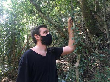 O biólogo Ricardo Couto mostra uma espécie de dioscorea, popularmente conhecida como cará ou inhame