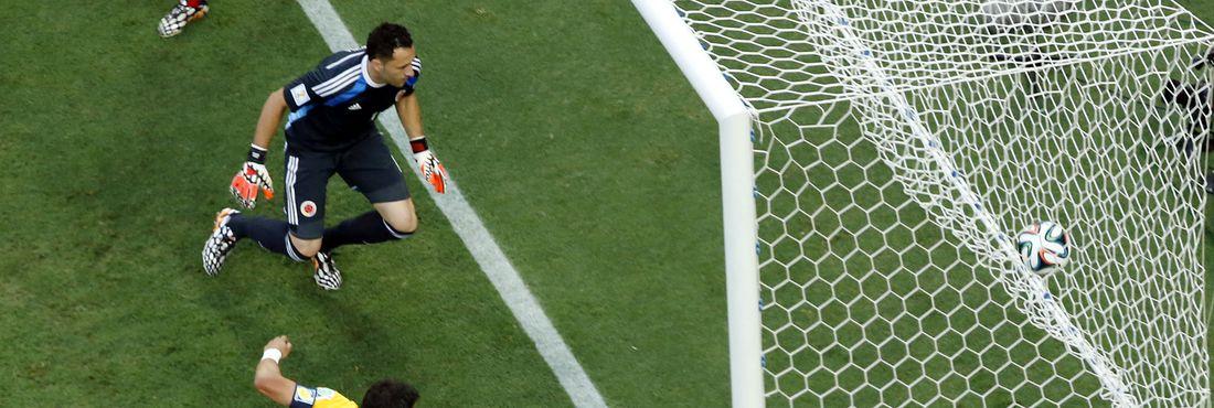 Aos sete minutos do primeiro tempo, Neymar cobra escanteio e Thiago Silva abre o placar para a seleção brasileira: Brasil 1 x 0 Colômbia
