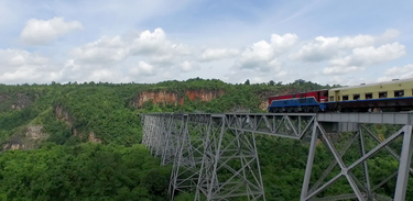 Expresso Mandalay-Lashio segue rota histórica por Mianmar