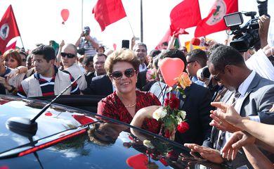 Brasília - Ex-presidenta Dilma Rousseff recebe flores de militantes ao deixar o Palácio da Alvorada com destino à Base Aérea de onde embarcará em avião da FAB para Porto Alegre (Wilson Dias/Agência Brasil)