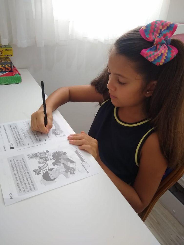 A Isabela estuda em uma escola e está no 4º ano do Ensino Fundamental.