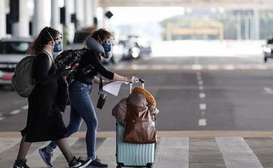 Passageiras com máscara de proteção chegam ao aeroporto de Guarulhos, em São Paulo