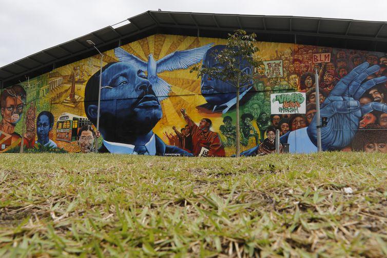 Distrito de Arte do Porto, na Zona Portuária do Rio de Janeiro, apresenta murais de graffiti ao longo do Passeio Ernesto Nazareth, formando uma galeria de arte urbana a céu aberto