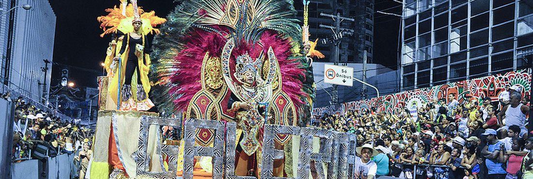 Desfile das escolas de samba atrai milhares de pessoas para o Polo das Agremiações, em Recife