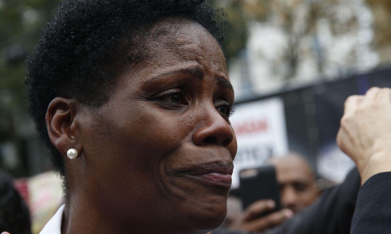 A advogada Valéria Lúcia dos Santos, que foi algemada e presa durante uma audiência no exercício da profissão, recebe apoio da OAB e colegas de profissão em frente ao Fórum de Duque de Caxias.