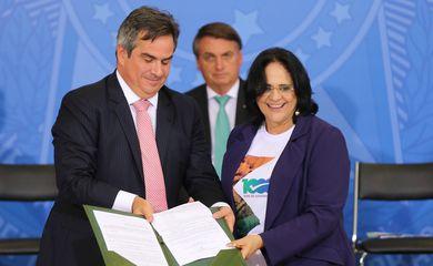 Os ministro da Casa Civil, Ciro Nogueira e da Mulher, da Família e dos Direitos Humanos, Damares Alves, participam da cerimônia alusiva ao Dia Nacional de Luta das Pessoas com Deficiência