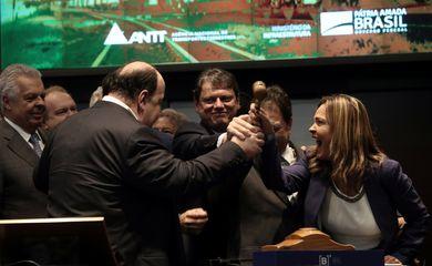 O ministro da Infraestrutura, Tarcísio Gomes Freire, participa do leilão de uma parte da ferrovia Norte-Sul na B3, a Bolsa de Valores de São Paulo.