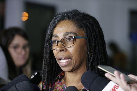 Jurema Werneck, diretora executiva da Anistia Internacional, fala à imprensa após reunião da família da vereadora Marielle Franco (PSOL), assassinada em março, com o secretário de Segurança Pública do Rio de Janeiro, general Richard Nunes.