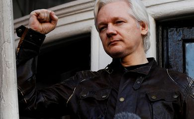 O fundador do WikiLeaks, Julian Assange, é visto na varanda da Embaixada do Equador em Londres, Inglaterra, em 19 de maio de 2017. REUTERS / Peter Nicholls / File Photo