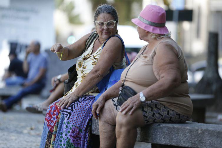 Idosas conversam no Largo do Machado, na zona sul do Rio.
