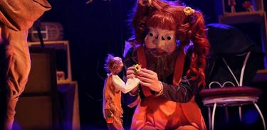 "O personagem Seu Miguel manipula uma marionete igual a si na peça ""Seu Miguel, Seu Miguel"""