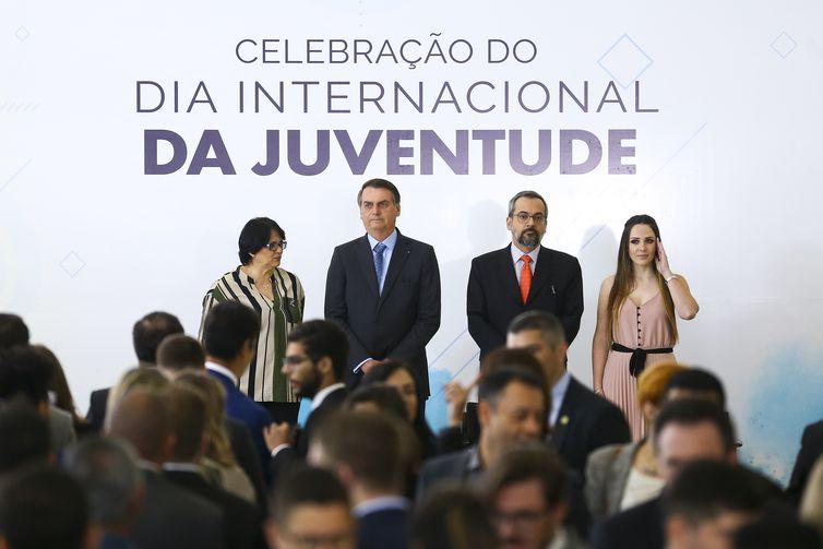 A ministra da Mulher, Família e Direitos Humanos, Damares Alves, o presidente Jair Bolsonaro, o ministro da Educação, Abraham Weintraub, e a Secretária Nacional da Juventude, Jayana Nicaretta.