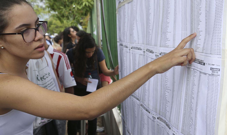 Estudante confere lista do Enem - Foto Valter Campanato/Arquivo Agência Brasil)