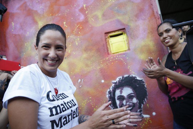 A viúva de Marielle Franco, Mônica Benício, refaz Grafite em homenagem a Marielle, feito por Malala Yousafzai na comunidade Tavares Bastos, no Catete