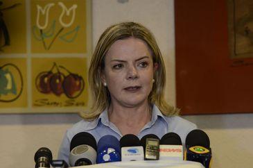 A presidente nacional do PT, Gleisi Hoffmann, fala à imprensa