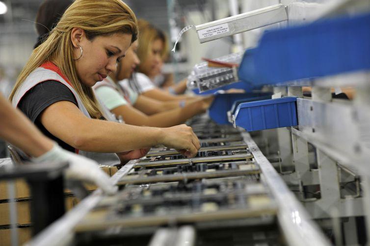 trabalhadoras, Linha de produção de eletro eletrônicos da Semp Toshiba. Chão de fábrica, Indústria.  Manaus (AM) 27.10.2010 - Foto: José Paulo Lacerda