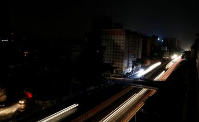 Car lights are seen on one of the main roads of the city during the second day of a blackout in Caracas, Venezuela March 9, 2019. REUTERS/Carlos Jasso