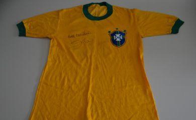 Camisa autografa do ex-jogador Zico usada na Copa do Mundo de 1982 (MPMG / Divulgação)