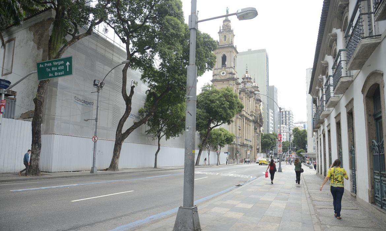 Ruas ficam vazias em horário de pico no centro do Rio de Janeiro