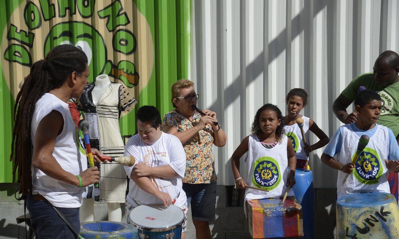 Rio de Janeiro - Projeto De Olho no Lixo capacita moradores da comunidade da Rocinha para o reaproveitamento de resíduos sólidos na construção de instrumentos musicais e peças de vestuário. (Tomaz Silva/Agência Brasil)