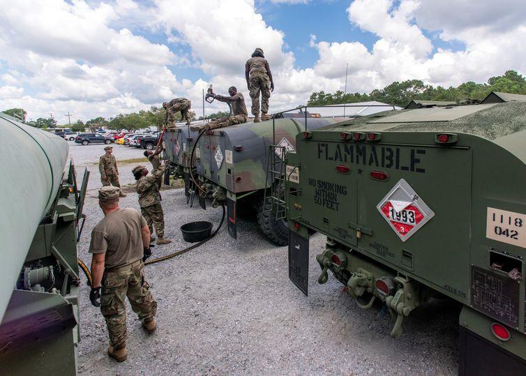 Oficiais da armada norte-americana se preparam para chegada de furacão na Carolina do Sul