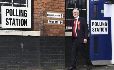 O líder do Partido Trabalhista Jeremy Corbyn chega ao colégio eleitoral no norte de Londres