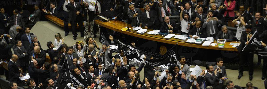 Deputados comemoram no plenário da Câmara