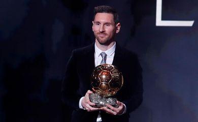 Futebol Futebol - Os prêmios Ballon d'Or - Theatre du Chatelet, Paris, França - 2 de dezembro de 2019 Lionel Messi do Barcelona com o prêmio Ballon d'Or REUTERS / Christian Hartmann