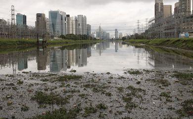 Testes com dois barcos coletores de resíduos flutuantes, os chamados Ecoboats, no rio Pinheiros, em São Paulo.