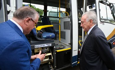 Presidente da República, Michel Temer conversa com o Ministro do Desenvolvimento Social Alberto Beltrame sobre os veículos.