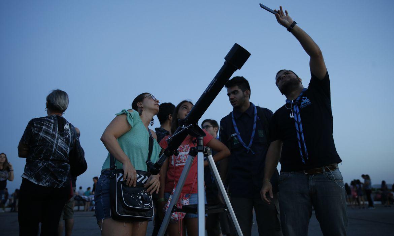 Grupos de visitantes e estudiosos se reúnem no Forte de Copacabana para observar o eclipse total da lua, em que o astro ganha tons avermelhados, conhecido como Lua de Sangue.