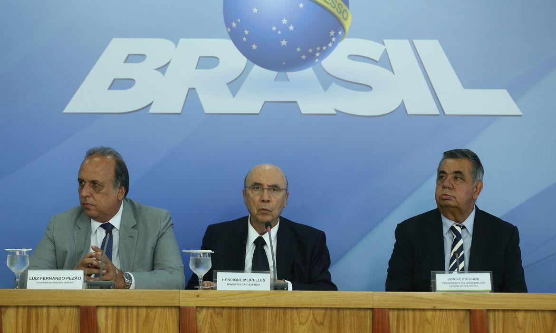 Brasília - O governador Luiz Fernando Pezão, o ministro da Fazenda, Henrique Meirelles, e o presidente da Alerj, Jorge Picciani, falam sobre acordo que prevê empréstimos ao RJ de R$ 6,5 bilhões (Valter Campanato/Agência Brasil)