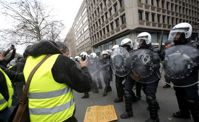 BRU04. Brussels (Belgium), 08/12/2018.- Protesters of the yellow vests, a symbol of a drivers' protest against higher fuel prices, clash with police forces during a demonstration near European institutions headquarters in Brussels, Belgium, 08 D