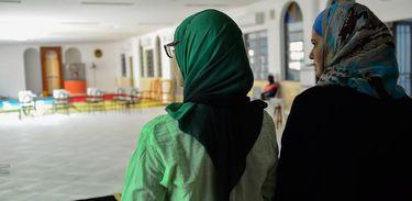 Mulheres com véu em uma mesquita