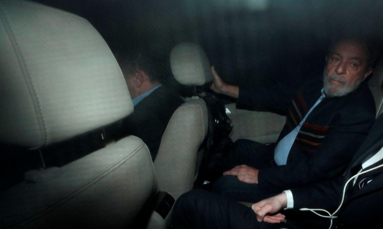 São Paulo - O ex-presidente Luiz Inácio Lula da Silva deixa o Instituto Lula depois de o juiz Sérgio Moro determinar a sua prisão (Reuters/Paulo Whitaker/Direitos Reservados)