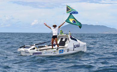 O sul-africano Zirk Botha chega ao litoral brasileiro após atravessar o Atlântico em um barco á remo.