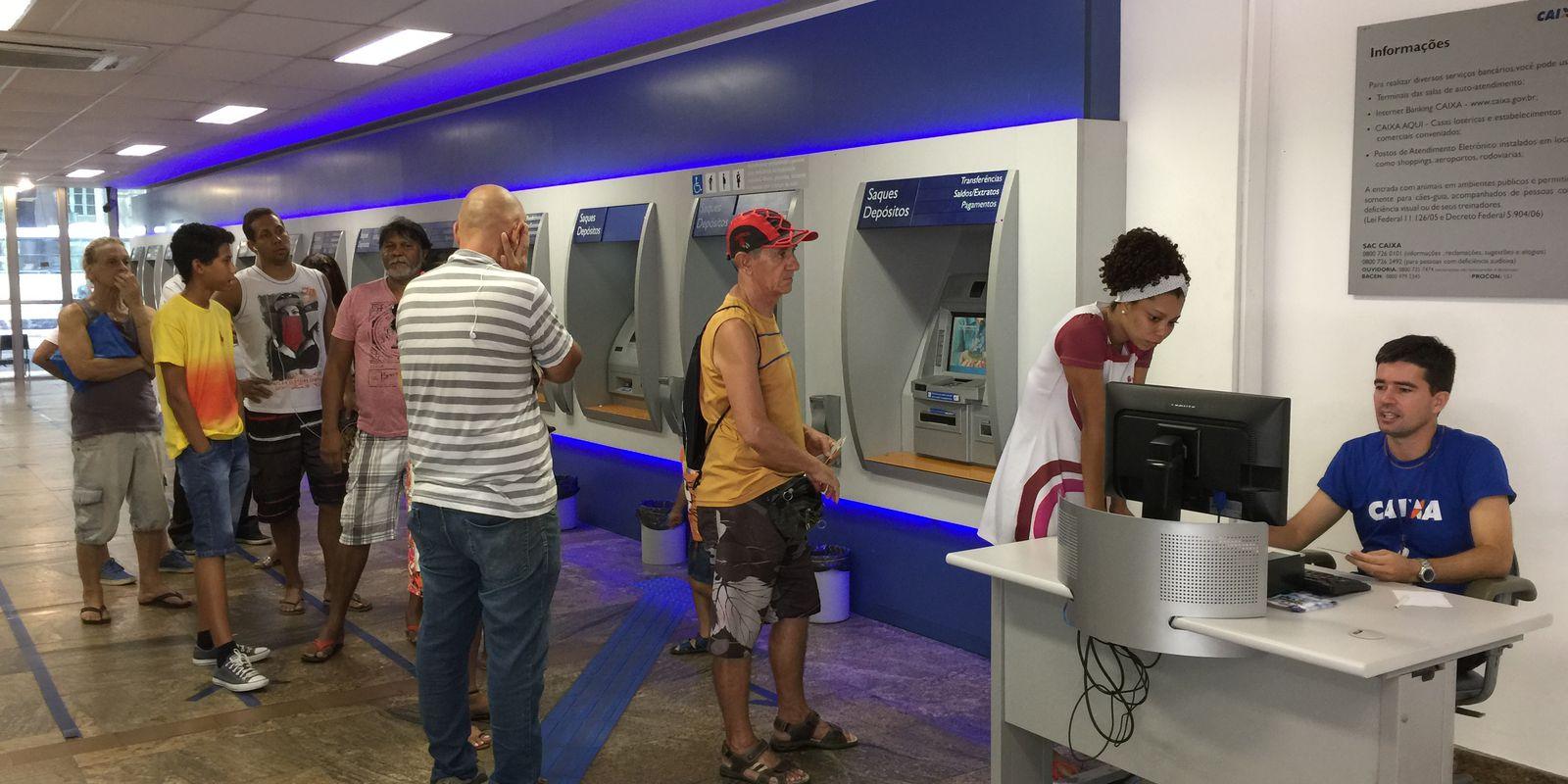 Muita gente uso ou caixa eletrônico para sacar o dinheiro das contas inativas do FGTS