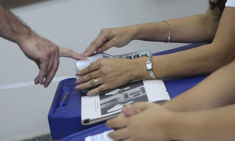 O presidente do Supremo Tribunal Federal (STF), Dias Toffoli, votou no final da manhã de hoje (7) na seção eleitoral que funciona em uma escola no bairro Lago Norte, em Brasília