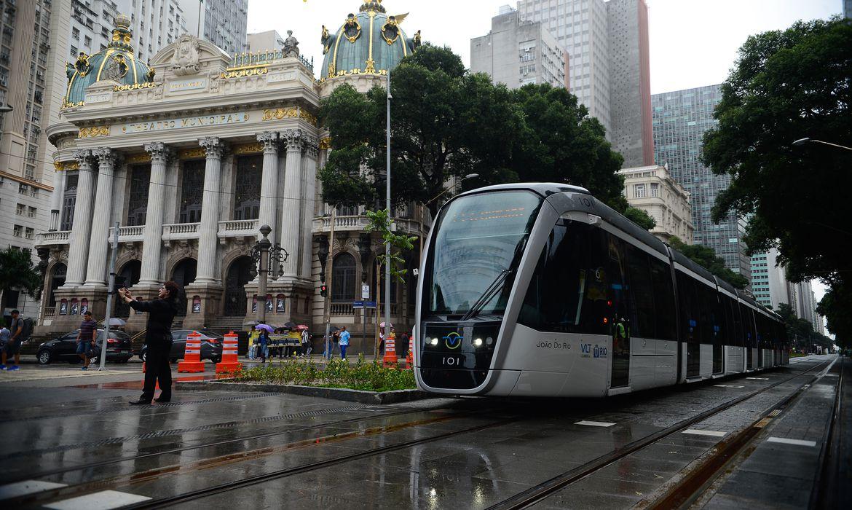 Rio de Janeiro - Viagem inaugural do Veículo Leve sobre Trilhos (VLT) Carioca, no centro da cidade (Fernando Frazão/Agência Brasil)