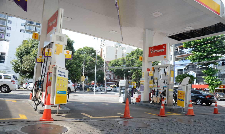 Greve de caminhoneiros provoca fila para abastecimento de combustível em posto de gasolina no Rio de Janeiro.