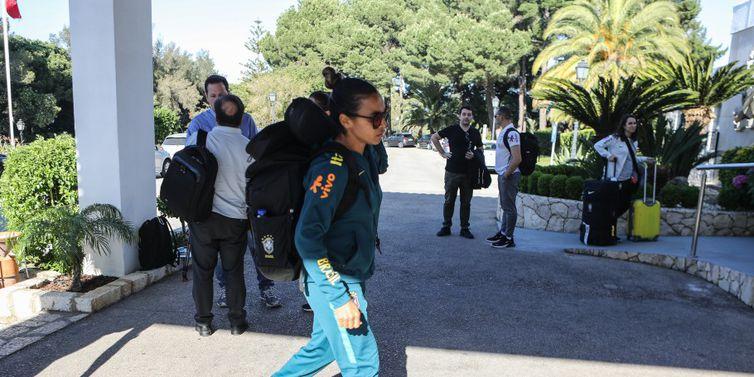 Marta chega ao hotel, onde a seleção feminina ficará hospedada na cidade de Portimão, em Portugal, onde a seleção vai se preparar até a estreia na Copa do Mundo da França