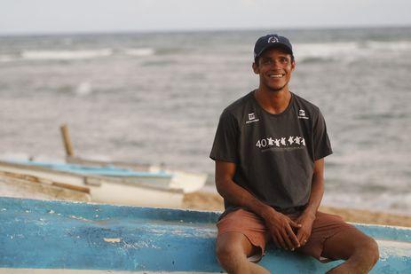 O biólogo Claudemar Santana, o Mazinho, nativo de Praia do Forte, formado e empregado pelo Projeto Tamar, que comemora a marca de 40 milhões de tartarugas marinhas protegidas e devolvidas ao oceano.