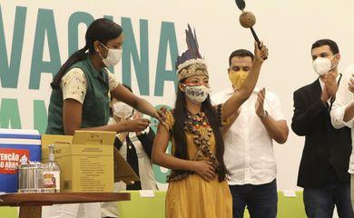 Vacinação no Amazonas começa e profissional de enfermagem de origem indígena é primeira imunizada